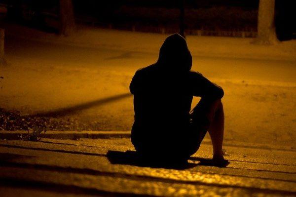 暗闇で落ち込む男性