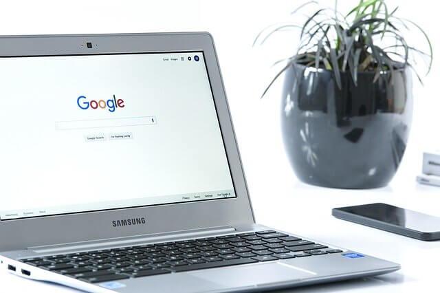 Googleの検索画面を開いてるPC