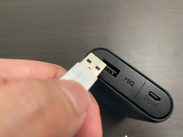 USBコードを差す