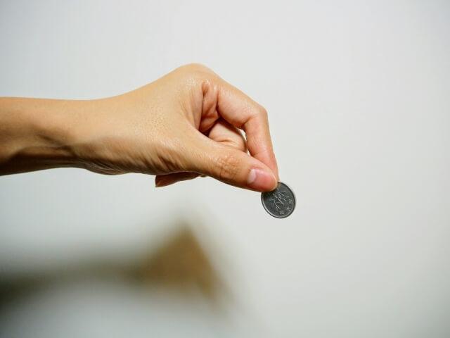 1円玉を持つ