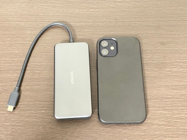 USBハブとiPhone12mini大きさ比較